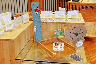 """永井さんの作品(手前)は、""""森の中のオフィス""""のショップ「本とクラフト こもれび」で販売されている"""