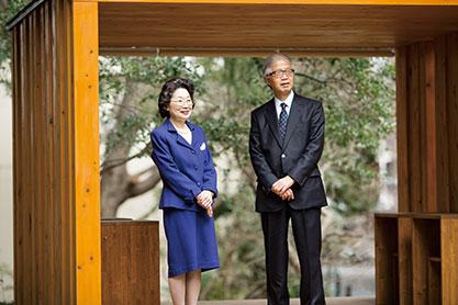 """「生長の家の白鳩会の皆さんが、エシカルな生活をどんどん進めていただきたい」と山本さん。左はインタビュアーの佐藤さん(生長の家赤坂""""いのちの樹林""""で)"""