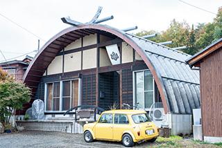 ユニークな外観の住宅。止まっているのは、夫妻の愛車、ミニクーパー