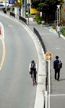 自宅近くで。「自転車に乗る時は、必ずヘルメットと手袋をして安全に気をつけています」