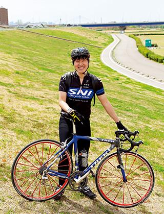 淀川の河川敷にあるサイクリングロードで。「京都に行くときは、このあたりを走ります。気持ちが良くなりますね」