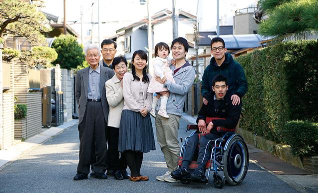 香川和貴(かずき)さん、侑子(ゆうこ)さん│29歳│30歳│大阪市東住吉区 取材/磯部和寛 写真/中橋博文 生長の家の信仰で結ばれている香川和貴さん一家。
