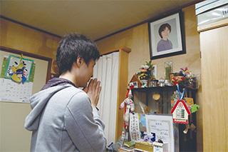 平成13年に41歳で亡くなった母・和美さんの写真に手を合わせる和貴さん