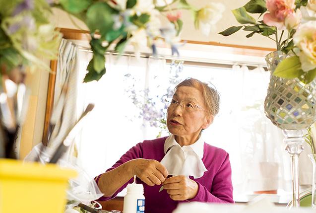 須田治子さん│山形県山形市 取材/佐柄全一写真/堀 隆弘 山形市の自宅にあるアトリエで。ここで毎月1回、アートフラワー教室を開いている