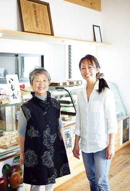 鈴木マユミさん (母、69歳)、芳乃(よしの)さん (娘、43歳)鹿児島県指宿市 「御菓子司 鳥越屋」で、マユミさん(左)と芳乃さん。ナチュラルな雰囲気の店内は芳乃さんのアイディアだ