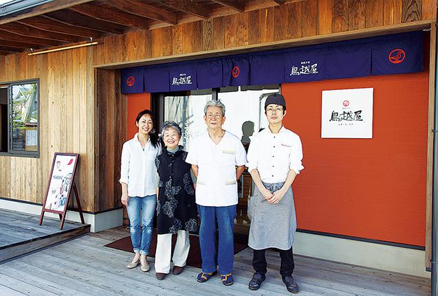 父親の一幸さん、長男の康弘さんと店先で。家族経営だけにチームワークは抜群だ