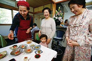 健康的でおいしく、しかも目にも美しく盛りつけされた料理を前に、集まった人たちの顔に笑みが浮かぶ
