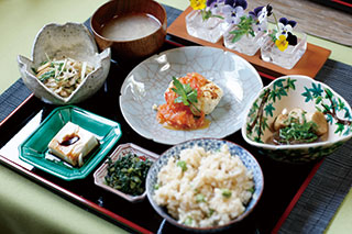 左奥から味噌汁、「水菜と蓮根のきんぴらサラダ」、「ヘルシーオムレツ」、「エリンギの貝柱風ソテー」、「胡麻豆腐」、漬物、ひよこ豆入り玄米ご飯