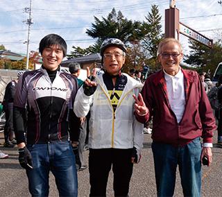 「天女山ヒルクライム」で。右から下田さん、樋上さん、大阪教区青年会の山下貴大さん