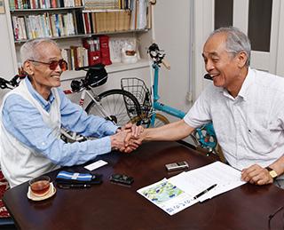 「自転車の魅力を多くの人に伝えましょう」と固い握手を交わす2人