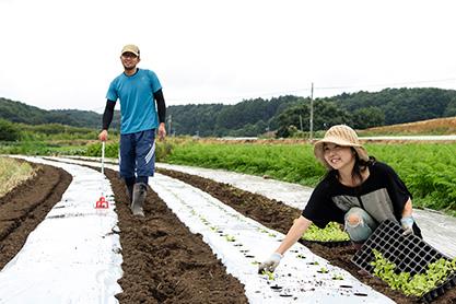 「藤井農園」│長野県佐久市 藤井農園を営む藤井志郎さん、恵さん夫妻。この日は、ハクサイ苗の植え付けを行った。