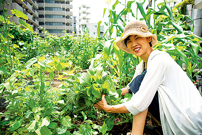 菊池光珂(きくちみか)さん (42歳)東京都渋谷区 取材/水上有二(本誌) 撮影/堀 隆弘 「自分の育てた野菜には愛着が湧き、自然の恵みのありがたさも実感できます」と菊池さん。