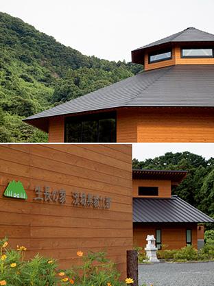 """上:八角形のフォルムの大道場の背後にあるのは、鐘転山(かねころばしやま)/下:入口には、生長の家国際本部""""森の中のオフィス""""のロゴマークとともに、「茨城県教化部」の真新しい文字が掲げられている"""