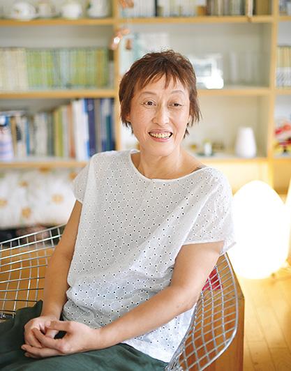 日隈京美(ひぐまきょうみ) 54歳・埼玉県所沢市 撮影/遠藤昭彦 「長男には、父親に愛されていることを感じながら、おおらかに育ってくれるように努めました」。自宅リビングで