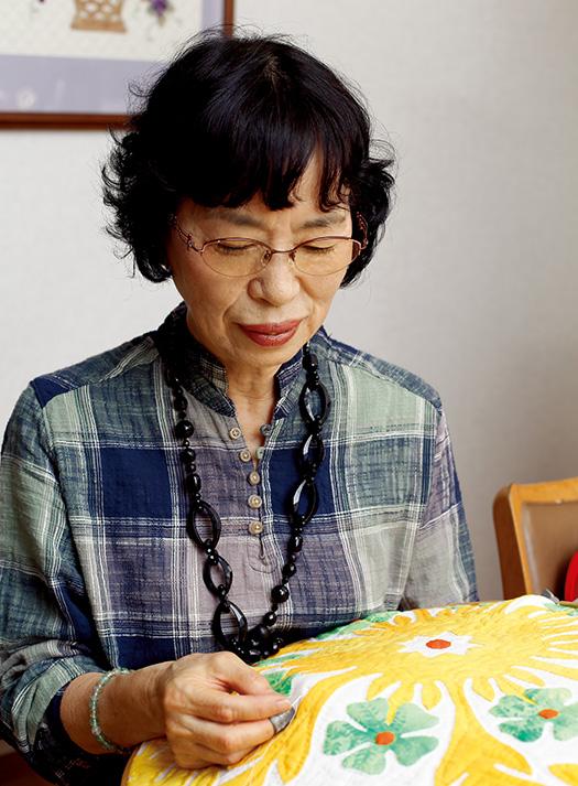 佐藤ようこさん│70歳│富山県取材/佐柄全一 写真/中橋博文 昼下がり、自宅の食卓でパッチワークをするようこさん。「私にとって日常の大切な時間です」