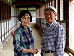 近所の名刹・瑞龍寺で夫と。「若い頃にはよく一人で訪れました」