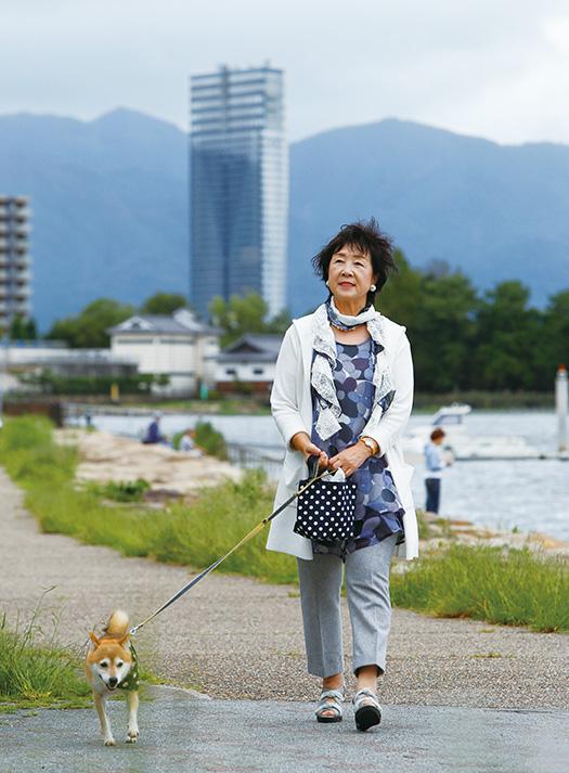 波多野愛子(はたのあいこ)さん│67歳│滋賀県大津市 取材/磯部和寛写真/中橋博文 「息子のために精一杯に生きた1年10カ月は、今、振り返れば私の人生で一番、生き生きしていた時期だと思います。息子と生長の家に感謝しています」(自宅近くの琵琶湖畔で、愛犬のトウ君と)