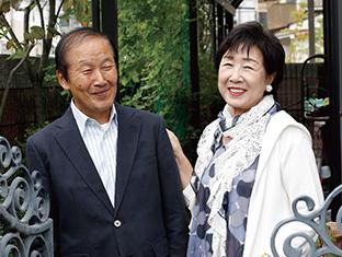 夫・千佳寿さんと。「夫婦円満で、天国のような今の暮らしがあるのは、息子のおかげ。生長の家の活動にも協力的な、素晴らしい夫です」
