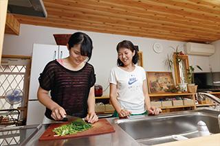 TSさん 愛知県・高校3年 取材●原口真吾(本誌)撮影●永谷正樹 自宅のキッチンでお母さんと。「まだ包丁の扱いに慣れていません」と、Tさん