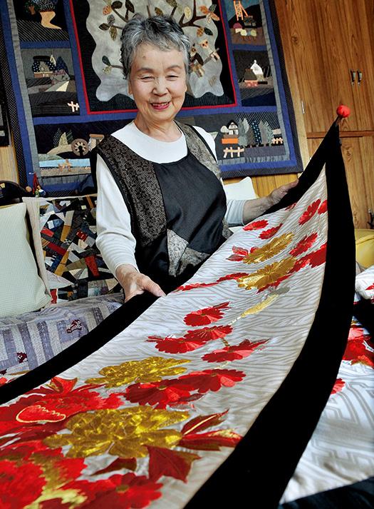 追分八重子(おいわけやえこ)さん│74歳│北海道北見市 取材/佐柄全一 写真/加藤正道 花嫁衣装を作り変えたタペストリー。「黒地の縁で美しさを引き立たせました」