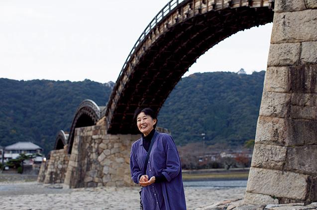 岩国市の名所「錦帯橋」で。新井さんの実家は、この近くで造り酒屋を営んでいる