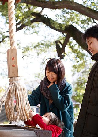 「教えのおかげで『何があっても大丈夫』という安心感を持てます」。自宅近くの神社で。