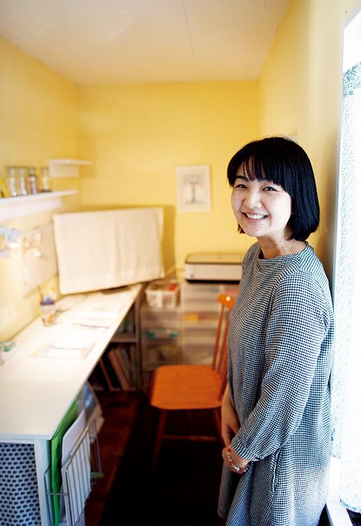 飯田芳実(はんだよしみ)さん│33歳│愛知県半田市 取材/佐柄全一 写真/堀隆弘 自宅奥にある2畳ほどのアトリエで。机を自作し、壁も自分で塗ったという