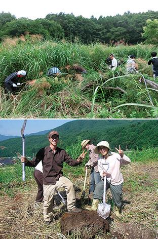 上:放棄された耕作地を復活させるための開墾/下:開墾での一コマ。普段できない経験を共有することで、参加者の交流が深まる