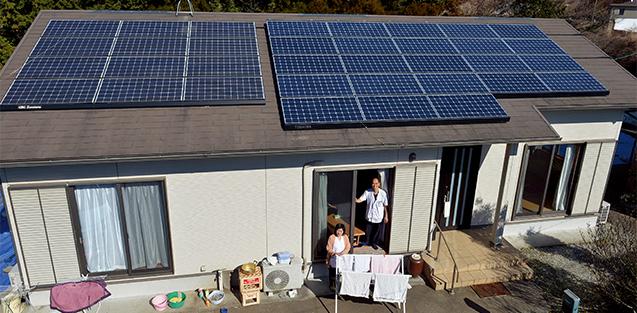 中村龍治(なかむらりゅうじ)さん│56歳│熊本県南阿蘇(あそ)村 取材/磯部和寛 写真/遠藤昭彦 中村さんの自宅母屋に設置されたソーラーパネル。室内の照明はすべてLEDとなっている。 「環境のことを考えて導入した太陽光発電と蓄電池が、熊本地震の時に役立ってよかったです」
