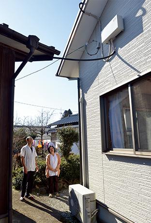母屋の屋根の下に取り付けられたパワーコンディショナー。雲の多い阿蘇地方だが、ソーラーパネルの性能向上により、申し分ない発電量が得られている