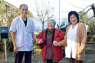 95歳ながらかくしゃくとした義母のスマ子さんと。「主人は母にマッサージをしてあげたり、実の母親のように優しくしてくれます」とすみさん
