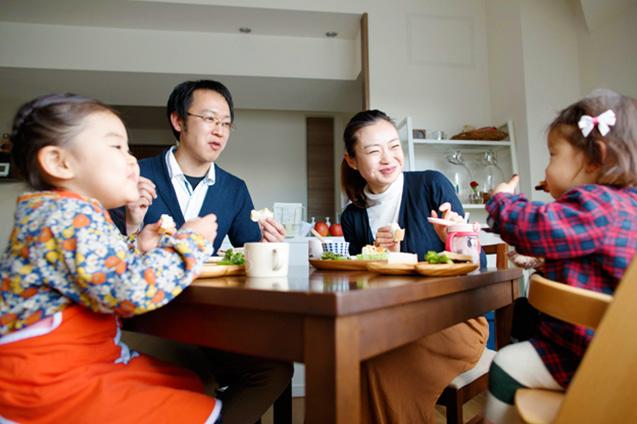 アイディア満載のノーミートメニューが並ぶ髙野家の食卓。お手伝いした料理をお父さんに「おいしい」とほめてもらえて、長女もご満悦
