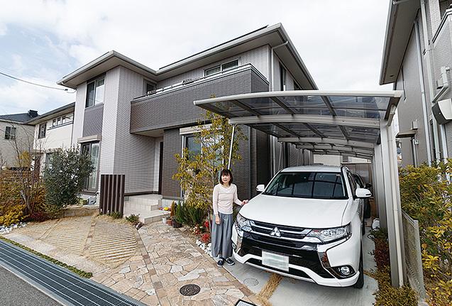 南向きの高台に建つ中山さん宅。屋根と一体型の3kWの太陽光発電システムが太陽光を電気に変えている