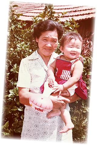 明るいブラジルの日射しの中で、2歳頃のケイコさんを抱く美佐代さん