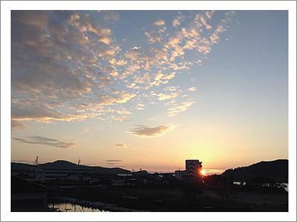 中平さんが自宅から撮影した朝日の写真。撮影してはフェイスブックに投稿している。(写真提供:中平さん)