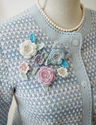 青、白、紫のグラデーションが美しいニットで作ったジャケットとコサージュ