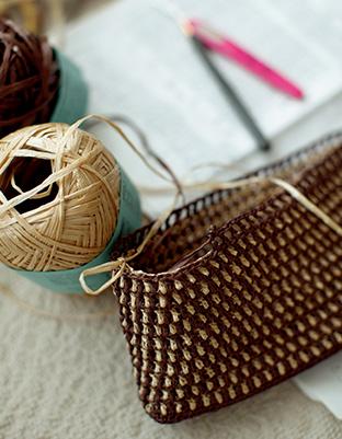 制作中のかごバッグ。「素材や編み方を変えると、いろんな表現ができます」