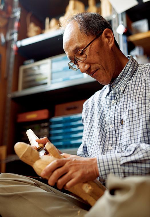 齊藤健一(さいとう・けんいち)さん│67歳│長野県取材/久門遥香(本誌) 写真/堀隆弘 「絵画や書道など色々な趣味に挑戦してきましたが、仏像彫刻は心が癒やされて、自分に合っていると思います」と齊藤さん