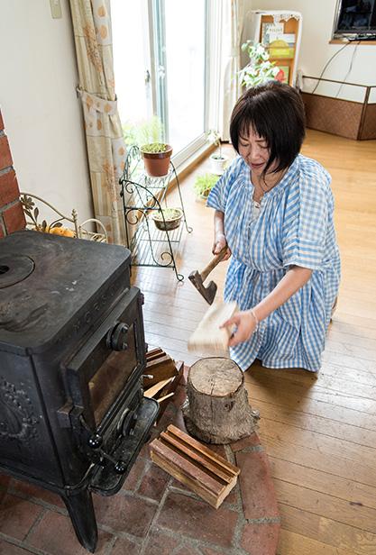 佐藤麻由美さん 52歳・札幌市南区 取材/南野ゆうり 撮影/野澤 廣 冬はリビングに置かれた、デンマーク製の薪ストーブが部屋を温めてくれる