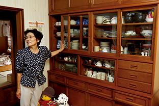 きれいに片付いた食器棚の前で。「使わない食器ばかりで、ここの整理が一番大変でした」