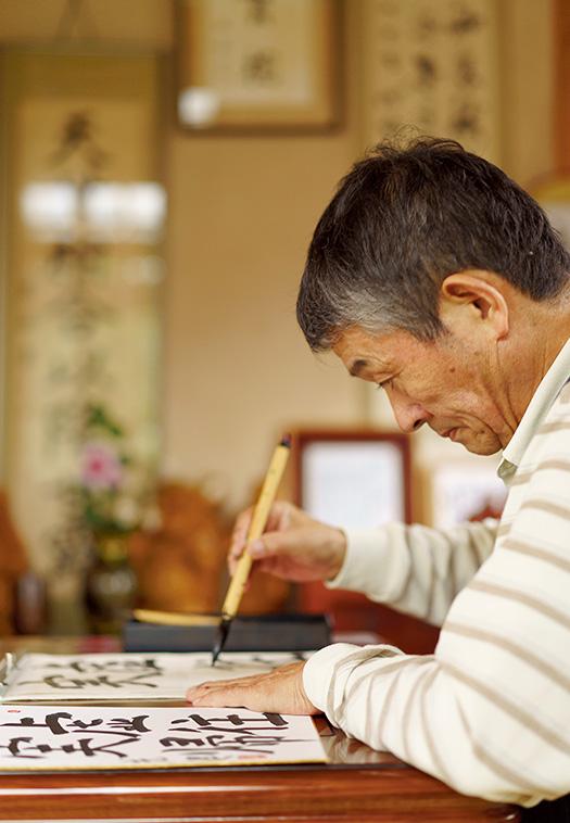 菊地伸一(きくち・しんいち)さん│68歳│山形県寒河江市 取材/久門遥香(本誌) 写真/堀隆弘 「墨の香りや紙の手触りなど、書道を通してさまざまな感覚が磨かれます」と菊地さん