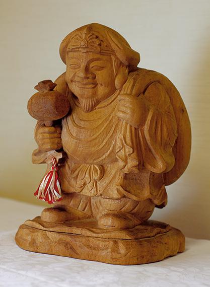 約1年半かけ、昭和61年に制作した習作「室生大黒天(むろおだいこくてん)」  右/仏像彫刻の基礎が詰まっていると言われる「花菱地紋」