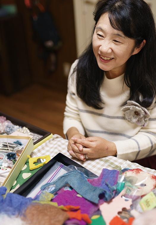 相川美加子(あいかわ・みかこ)さん│53歳│滋賀県大津市 取材/久門遥香(本誌) 写真/堀隆弘 「やわらかな手触りの素材に触れていると、心がほっと和みます」と笑顔の相川さん