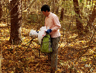 歩くだけでなく、林の中の道に捨てられたゴミ拾いもしている