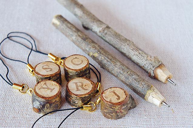 枝のボールペンとアルファベット・キーホルダー。ボールペンの替え芯は、ペンチを使って取り替え可能。使い終わった枝は森へ。キーホルダーは「自然の恵みフェスタ」に出品。お友達にもプレゼントしている