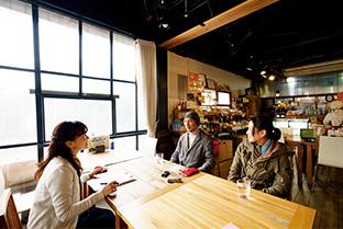 インタビューに答える松田さん夫妻。左は、聞き手の矢野さん