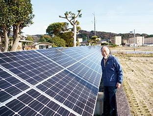 自宅庭に設置した8.34kWの発電能力をもつ野立て式の太陽光発電。個人の住宅用としては大きな規模だ