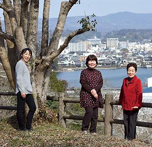 共に教えを学ぶ信徒仲間と。左から三坂寿子さん、原田さん、塩井治子さん