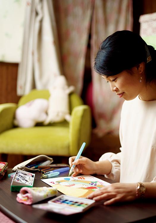 あおいきのこさん│32歳│名古屋市 「描いていると、新しいキノコの姿が次々に浮かんできます」と創作に励むあおいきのこさん 取材/佐柄全一 写真/堀隆弘