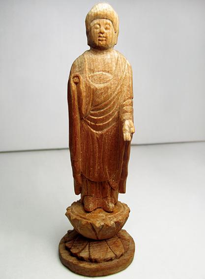 昭和63年に制作したミニ阿弥陀如来像。右の仏手が欠けており、30年の歳月がしのばれる